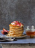 Wholemeal yoghurt pancakes with pomegranate seeds, yoghurt and honey