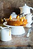 Birnen-Karamell-Kuchen auf Tortenständer