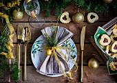 Weihnachtsgedeck und Marmeladenplätzchen auf Holztisch