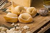 Frische handgemachte Tortellini, gefüllt mit Ricotta und Parmesan