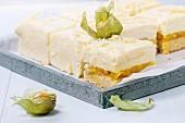 Mango-Physalis-Kuchen mit cremiger Mousse, in Scheiben geschnitten