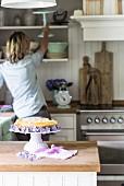 Cheese Cake auf Kuchenständer in Landhausküche