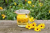Selbstgemachtes Ringelblumenöl im Weckglas