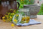 Selbstgemachtes Johanniskrautöl im Weckglas