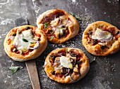 Pizzette tonno with black olives and red onions