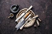 Vintage Platte mit Messern und Gabeln auf schwarzem Untergrund