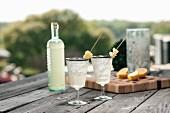 Gin-Punsch mit Ananas in Flasche und Gläsern