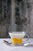 Gesunde Tapioka-Pudding mit Kokosmilch und Mango in einer Glastasse