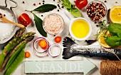 Rohe Regenbogenforelle mit Gemüse, Kräutern und Gewürzen