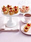 Mini Frischkäse-Törtchen mit Erdbeere und Passionfrucht