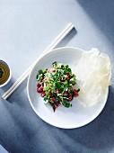 Beef Tatar mit Kräutern und Nuoc cham (Fischsaucen-Dip, Vietnam)