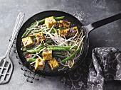Vegane Feuerbohnen-Pfanne mit Mango-Curry-Tofu und Mungobohnensprossen