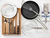 Küchenutensilien für die Zubereitung von Quarkplätzchen und Salat