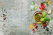 Kräuter, Gewürze und Olivenöl auf Vintage Untergrund