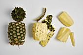 Ananas, geschält und geschnitten (Arbeitsschritte)
