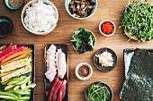 Zutaten für die Zubereitung von Sushi (Aufsicht)
