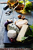 Käseplatte mit Weisswein