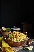 Gemüse-Biryani (Reisgericht, Asien) vor schwarzem Hintergrund
