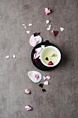 Rosenblütentee und Rosenblütenblätter