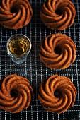 Mini-Erdnusskuchen in Kranzform mit Bourbon-Vanille auf Abkühlgitter