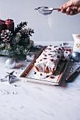 Weihnachtlicher Pound Cake mit Cranberries und Kokosglasur