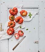 Frische Heirloom-Tomaten auf rustikalem Holzuntergrund