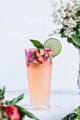 Ein Glas Honig gesüsste Limeade mit Erdbeeren und Basilikum