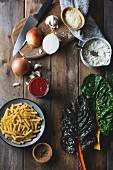 Zutaten für Pastagericht: Nudeln, Mangold, Tomatensauce und Käse