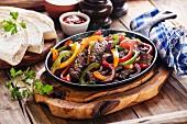 Fajitas mit Rindfleisch und Paprika in der Pfanne (Mexiko)