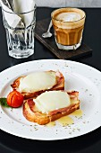 Eier Benedict auf weißem Teller serviert mit Kaffee im Cafe