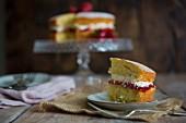 Ein Stück Victoria Sponge Cake mit Erdbeeren auf Teller (England)