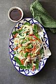 Salat mit Reisnudeln, Huhn und Gemüse (Thailand)