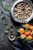 Stillleben mit Nüssen und Mandarinen (Aufsicht)