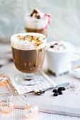 Heiße Schokolade und Kaffee-Getränke zu Weihnachten