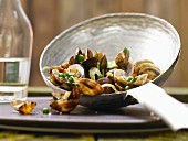 Steamed clams with peas, fennel and parsley