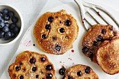 Low-calorie yoghurt pancakes with blueberries