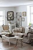 Gemütliches Wohnzimmer im Shabby Chic und Naturtönen