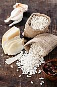 Zutaten für Risotto: Reis in Leinensäckchen, Parmesan und Knoblauch