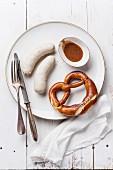 Bayerische Brotzeit mit Weisswurst, Brezel und Senf