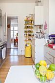 Schale mit Zitronen und Limetten in der Küche mit Einzelmöbeln