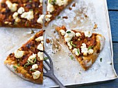 Pizza mit scharfem Auberginen-Ragout und Ziegenkäse
