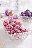 Schokoladenpralinen mit rosa Zuckerperlen zu Weihnachten