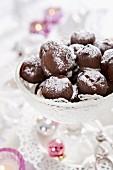 Schokoladenpralinen mit Puderzucker zu Weihnachten