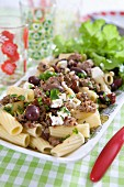 Pasta mit Hackfleisch, Oliven, Feta, Pinienkernen, getrockneten Tomaten und Chili