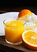 Ein Glas frisch gepresster Orangensaft