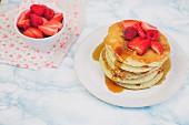 Pancakes mit Himbeeren, Erdbeeren und Ahornsirup