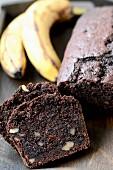 Bananenkuchen und frische Bananen