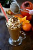 Kaffeecocktail mit Sahne und Karambole