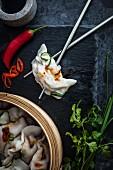 Hähnchen-Schweinefleisch-Klösschen mit Chili, Ingwer und Kräutern (China)