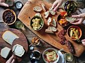 Wurst und Käse mit Salat und Pickles
